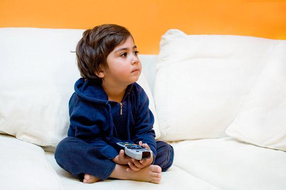 bambino guarda la televisione